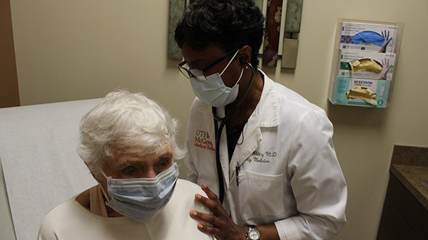 Photo of Carman Whiting, MD, primary care physician attending to a patient at UT Physicians Multispecialty-Sienna. (Photo credit: Melissa McDonald/UT Physicians)